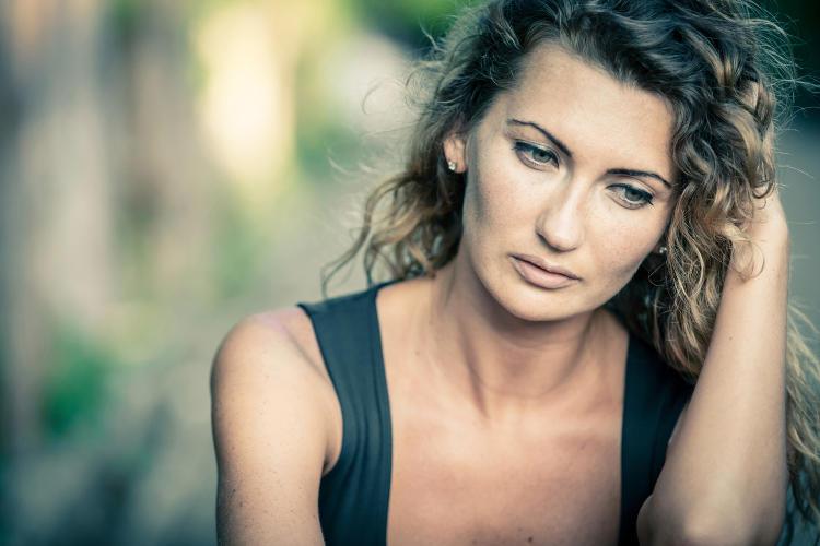 Frau-nachdenklich-und-traurig-1500px