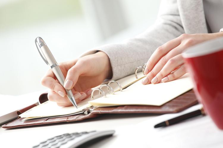 Rechnung-Detailaufnahme-Hand-schriftlich-Frau-1500px