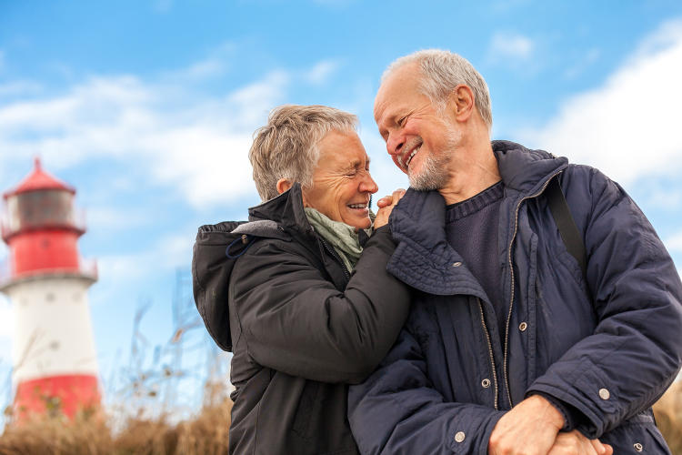 lachendes-Ehepaar-vor-Leuchtturm-1500px