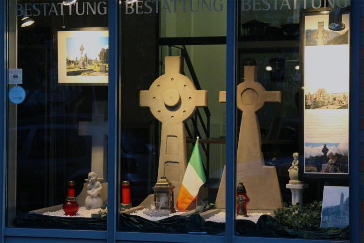 Schaufensterthema Friedhof Irland Keltenkreuz Hochkreuz