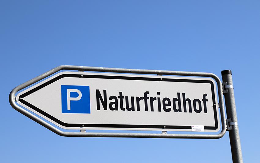 Hinweisschild Arboleum Naturfriedhof Julianenruh in Strande in der Nähe Kiel